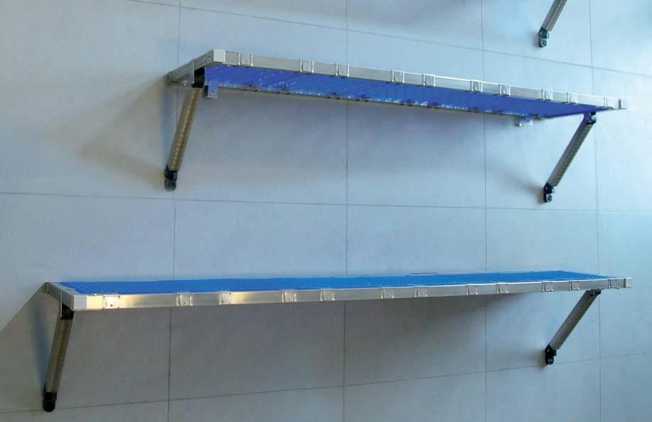 Mensola a muro con struttura in inox e piani in plastica for Poli arredamenti