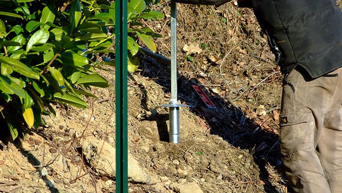 Supporto zincato per ancoraggio palo a t mm35x35 nel terreno for Vortek recinzioni