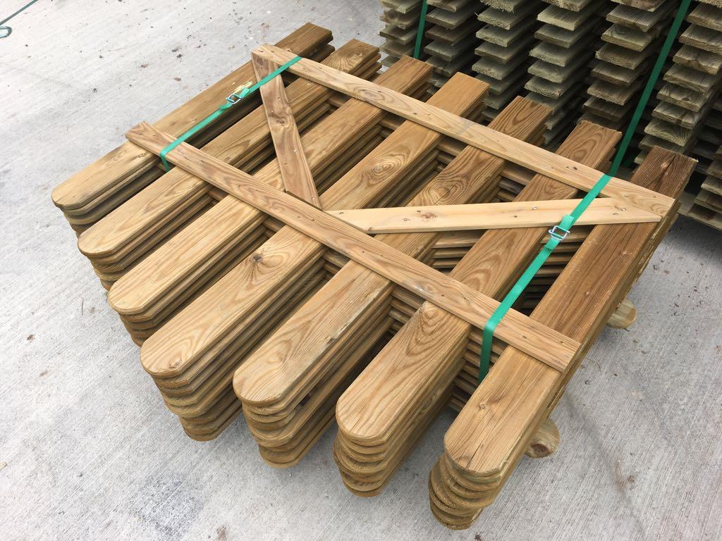 Doghe Di Legno Per Pareti cancelletto ad arco in legno con doghe di pino per steccato